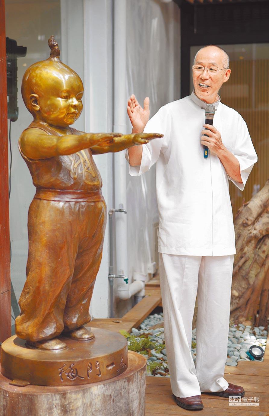 針對建成圓環雕像惹議,雕塑大師王秀杞昨表示,有些人既沒出錢又不出力,只出一張嘴「為反而反」;圖為王在2011年間致贈平甩娃給梅門德藝天地。(本報資料照片)