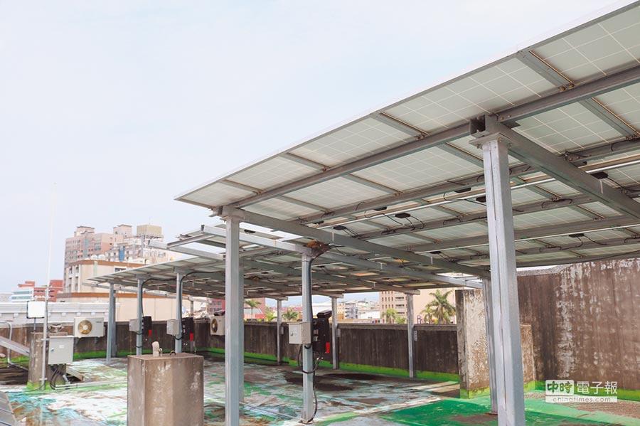 不少消防分隊屋頂也都有太陽光電系統,不過電力看得到卻用不到。(萬于甄攝)
