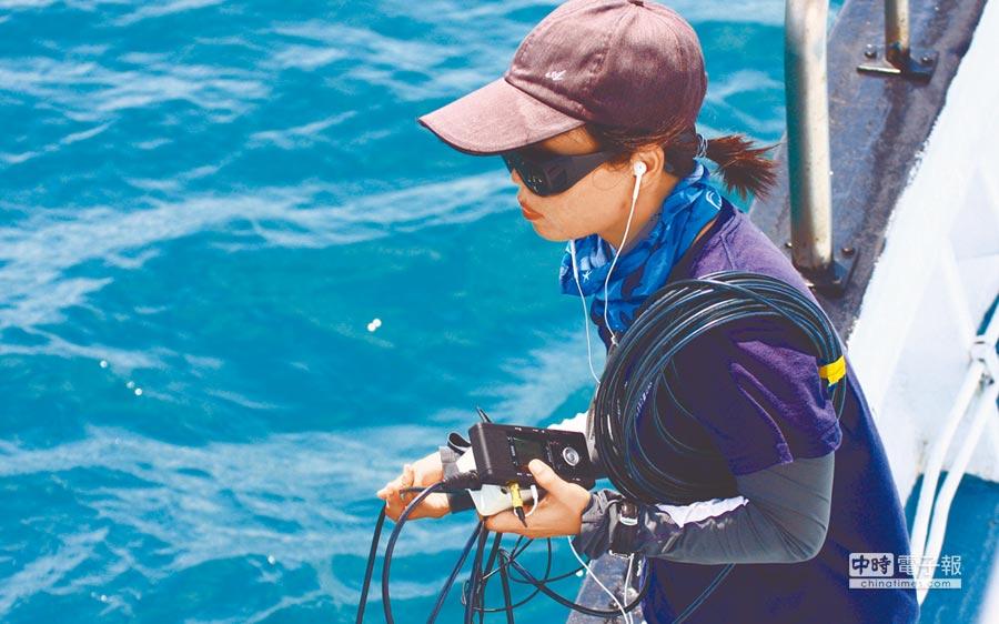 工作人員利用水下麥克風收錄偽虎鯨的叫聲。(中華鯨豚協會提供)