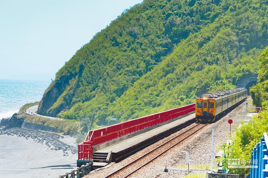 南迴鐵路電氣化即將進入緊鑼密鼓施工,包括最美海景的多良站也將電氣化。(黃力勉攝)