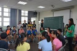 國際志工到西螺 馬賽克拼貼 教小學生英文