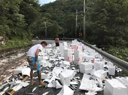 車斗固定木條斷裂 200箱魚貨散落北宜公路