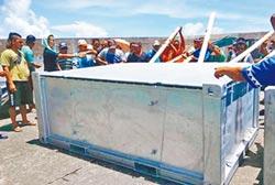 核廢檢整容器抵蘭嶼 居民怒阻