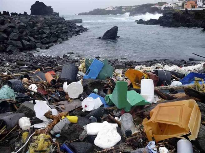 葡萄牙亞速爾群島2015年2月時沖到海岸上的塑膠垃圾。(美聯社)