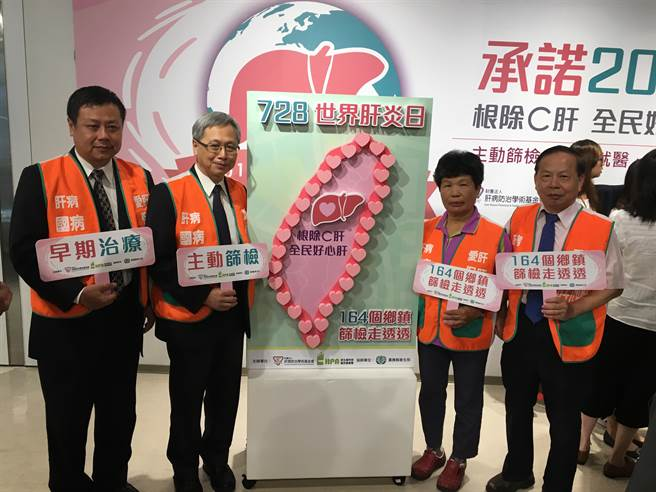 國健署長王英偉(左2)今宣布,明年將放寬B、C肝篩檢補助年齡。(倪浩倫攝)