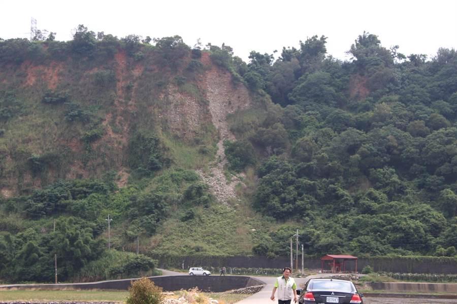 忘憂谷最佳眺望點邊坡坍塌岌岌可危,目前禁止遊客進入以確保安全。(陳淑娥攝)