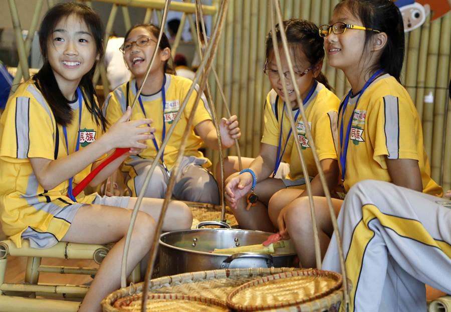 小尖兵們體驗越南文化。(故宮南院提供)