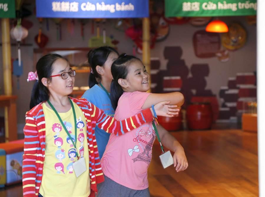 小尖兵們玩越南神話互動有聲書。(故宮南院提供)