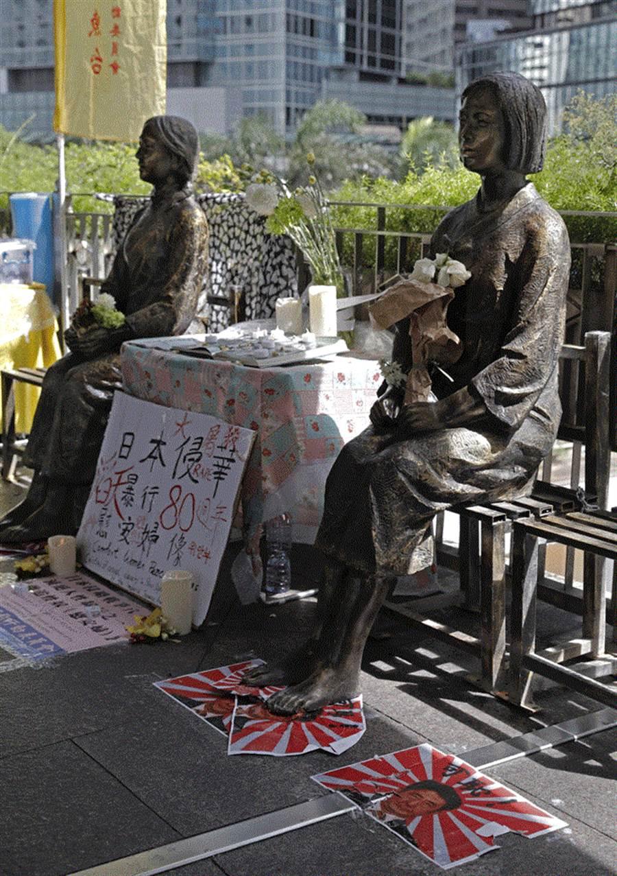 今年7月11日,2座慰安婦雕像放置在香港日本領事館前。(圖/美聯社)