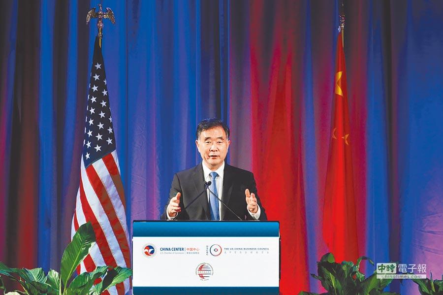 中美首輪全面經濟對話19日開始,華府當地時間18日大陸國務院副總理汪洋先赴中美企業家為其舉辦的聯合歡迎午宴,並發表主題演講《互利雙贏就是最好的合作》。(中新社)