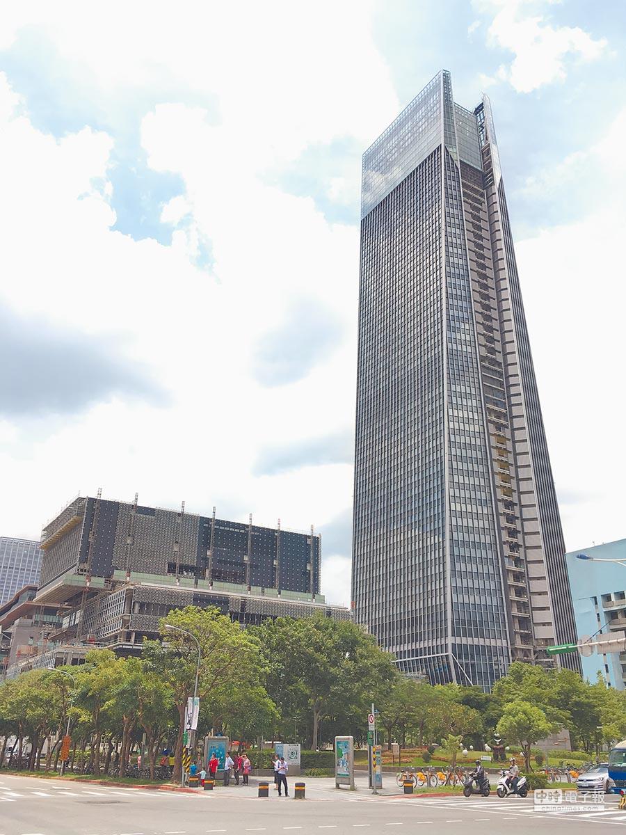 預計年底完工落成的信義計畫區「南山廣場」,在預租階段,就被某金融壽險服務業簽下8個樓層、8千坪的辦公室面積,累計預租期出租率達3成。(圖文/蔡惠芳)