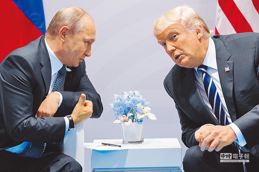 美國總統川普(右)和俄羅斯總統普丁(左)本月7日在德國漢堡藉參加G20峰會之便,舉行首次會談。美媒披露,兩人在峰會最後一天晚宴時,又進行了密會。(美聯社)