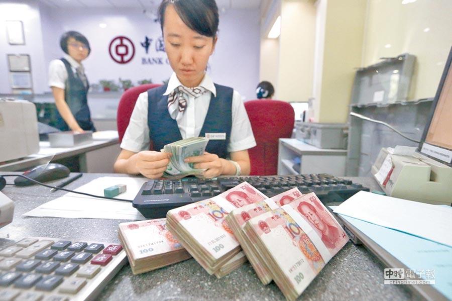 人民幣19日漲破6.75。圖為17日,山西太原銀行人員在清點貨幣。(中新社)