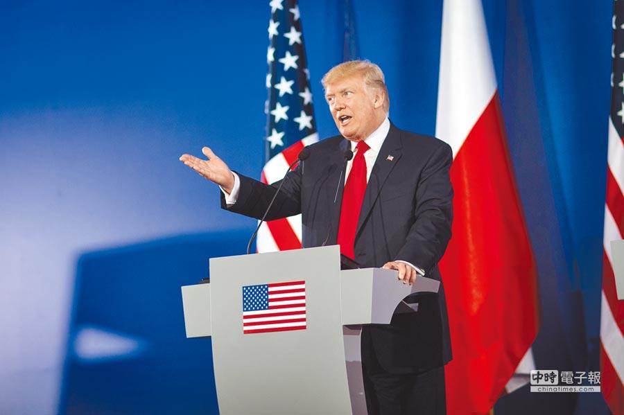 川普醫改提案在參議院遇阻,拖累美元下跌。圖為川普6日在波蘭舉行記者會。(新華社)