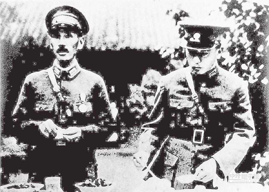 1936年12月西安事變前,張學良(左)與蔣介石合影。(本報系資料照片)