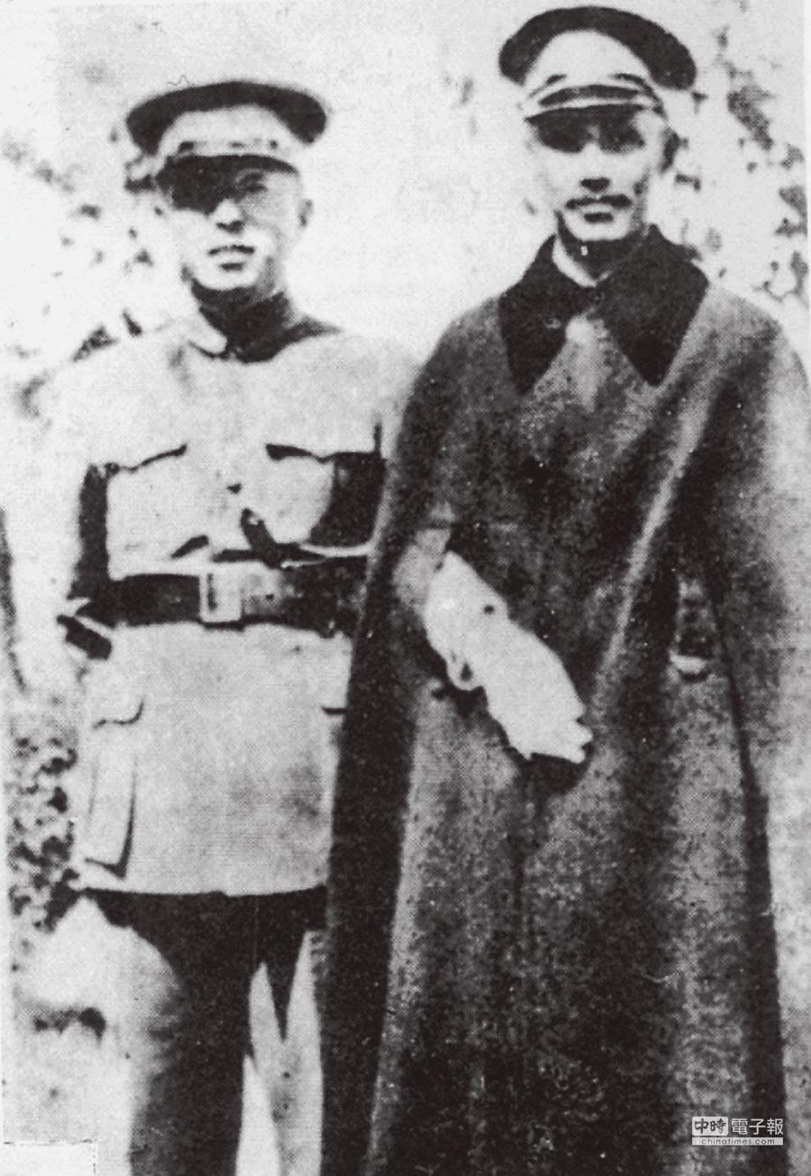 西安事變前夕,張學良(右)陪同蔣介石巡視陝西軍情。(本報系資料照片)