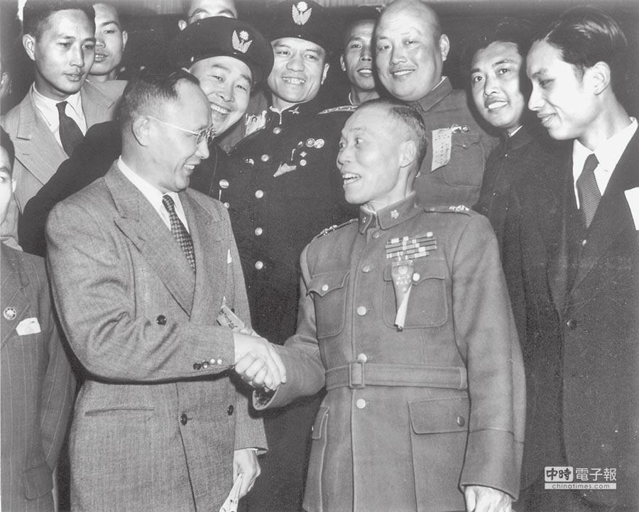何應欽(左)因西安事變主張轟炸,而與後來當選副總統的李宗仁(中右)同樣遭到打壓。      (本報系資料照片)