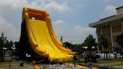 屏東藝術館出現巨無霸滑水道 迎接兒童狂歡節