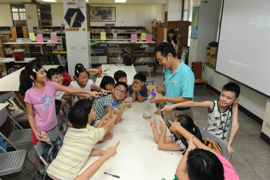 中鋼夏令營活動,學生熱烈參與「爐石醬玩」課程。(中鋼提供)
