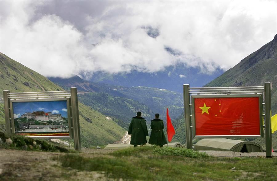中國因擴建錫金段洞朗區的道路,引爆與印度的邊界爭議,雙方互不相讓,緊張持續升高。圖為解放軍2006年在中國西藏亞東縣下亞東鄉與錫金交界的乃堆拉山口。(圖/美聯社)