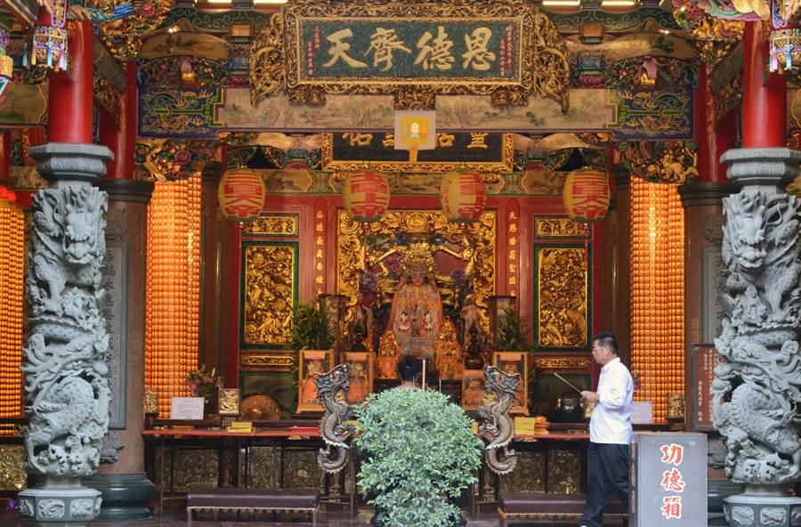 台東百年歷史的天后宮率先減香,以往信徒手上一大把香的光景已不復見。(黃力勉攝)