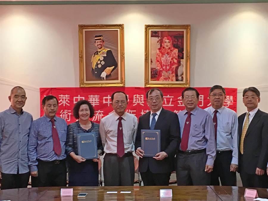 金大校長黃奇(右四)與汶萊中華中學校長許月蘭(左三)互換合約。左四為林文華、右三為林國欽。(金大提供)