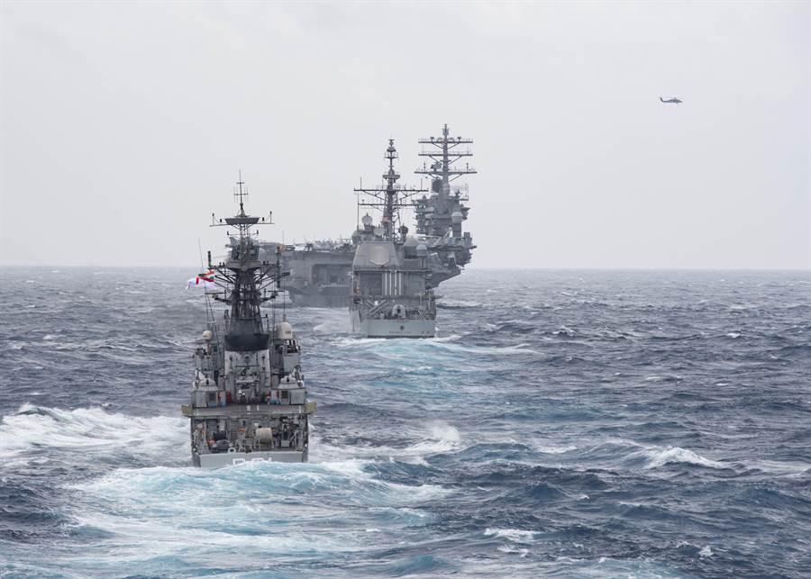 印度與美日在印度洋舉行了為期8天的海上聯合軍演,規模之大前所未見。儘管3國異口同聲說,這次軍演「不針對特定國家」,但一般認為,它們是針對中國。圖為美日印17日進行海上聯合軍演的畫面。(圖/美國海軍)