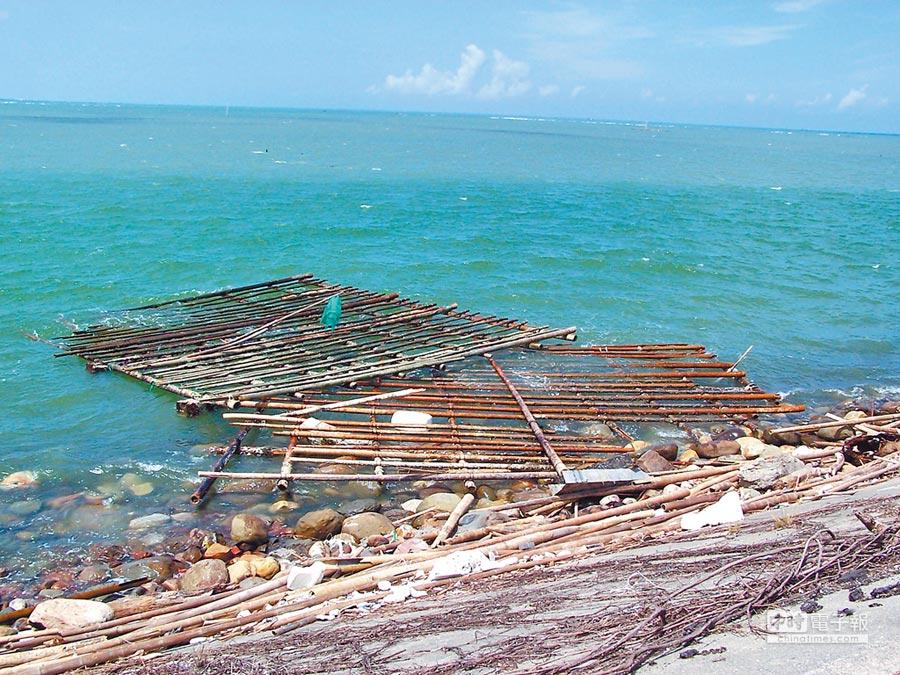 嘉義縣因沿海牡蠣養殖產業特性,海上岸邊經常有竹子、保麗龍等廢棄物隨浪漂盪。(呂妍庭翻攝)
