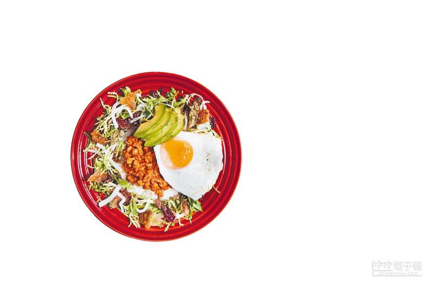 LE CREUSET與舒康雞攜手推出「夏日美食車輪戰」餐車巡迴活動,即日起至9月17日,在台北、新北、台中、高雄、台南輪番上陣,沖繩雞肉塔可飯搭贈瓷器沙拉盤,380元。(LE CREUSET提供)