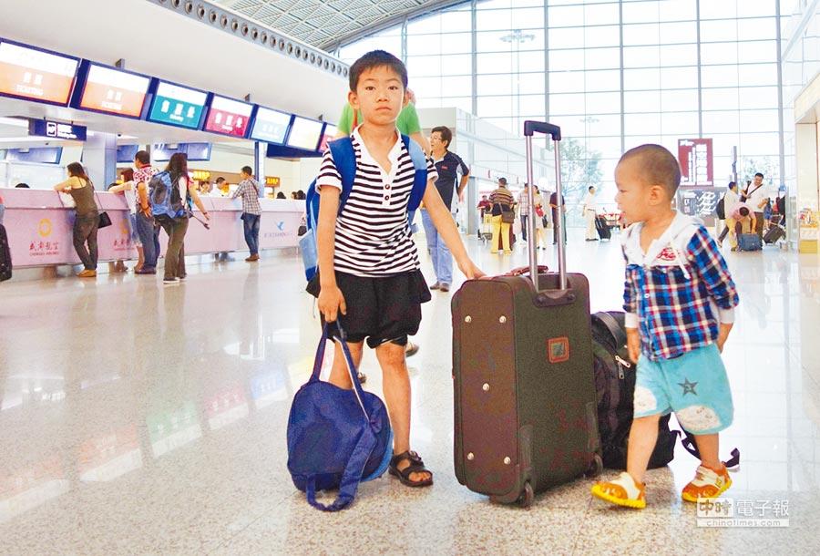 維珍航空因託管兒童超額,將男童逐下航班。圖為候機廳內候機的孩子。(中新社資料照片)