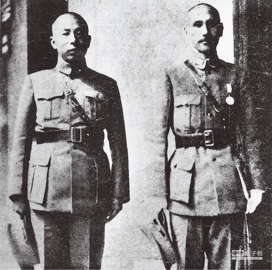張、蔣在政治上相互扶持,依若股肱,情同骨肉,但在剿共的立場上相左,曾為此大吵。圖為1934年6月張學良(左)與蔣介石(右)在南昌合影。(本報系資料照片)