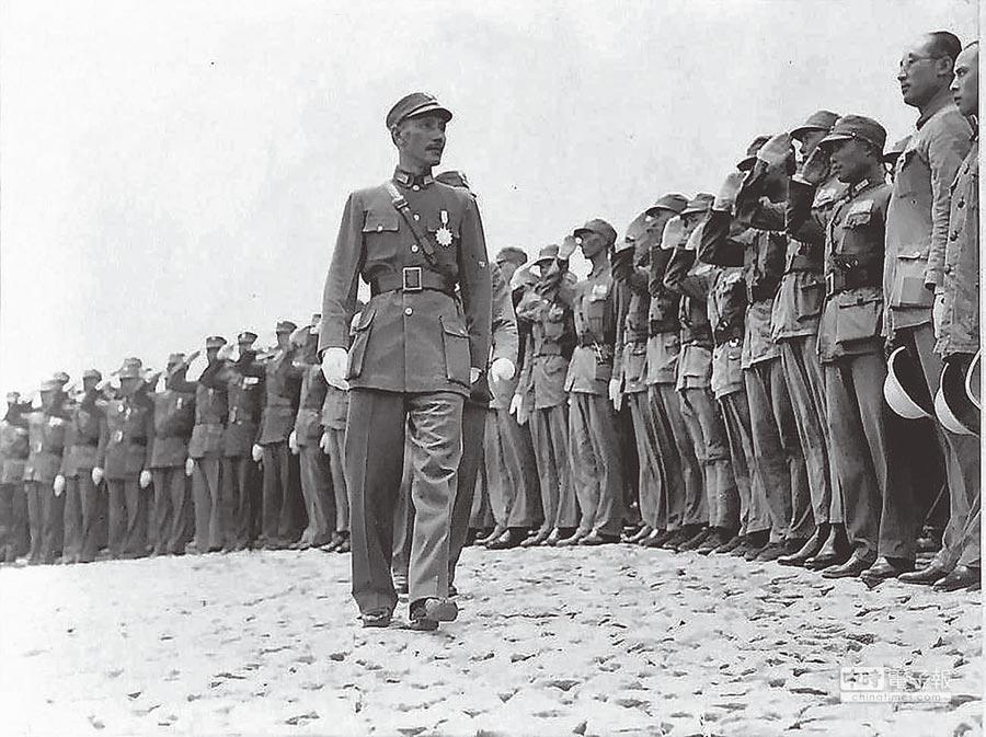 剿共軍事獲得勝利前後,蔣介石檢視剿共部隊。(摘自網路)