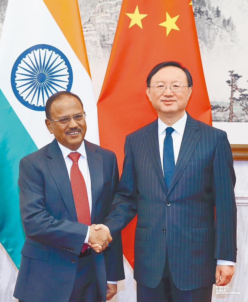 2016年4月20日,大陸國務委員楊潔篪(右)會見印度國家安全顧問多瓦爾。(新華社)