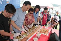 深坑四寶文化節 朱立倫製作超大越南法式麵包