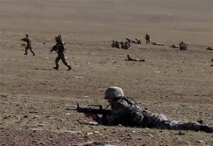 中印邊境爆爭議,解放軍最近在西藏舉行了大規模演習。(圖/截自央視)