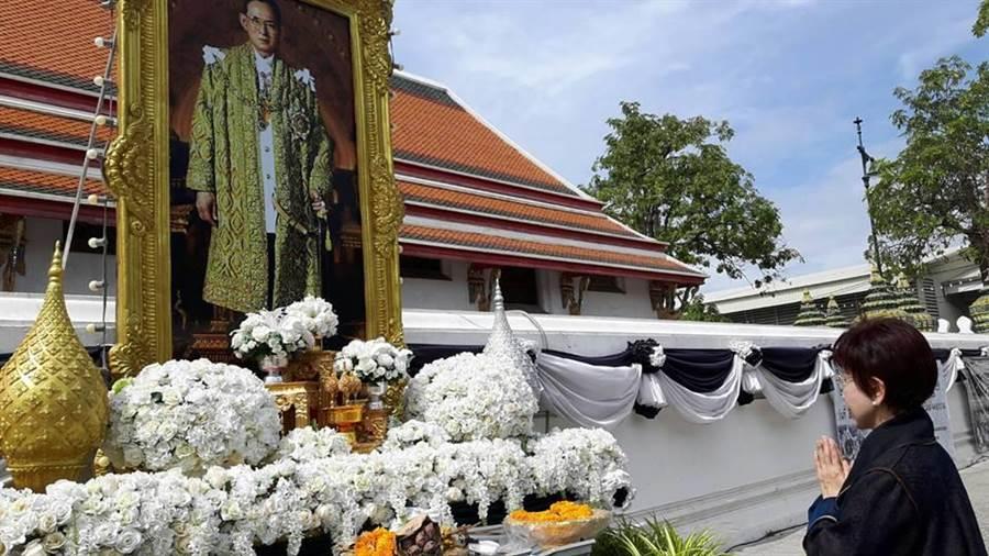 洪秀柱在去年12月赴泰訪問,她到泰國皇宮前,向泰國人民心中永遠的國王,蒲美蓬陛下致意。(擷取自洪秀柱臉書)