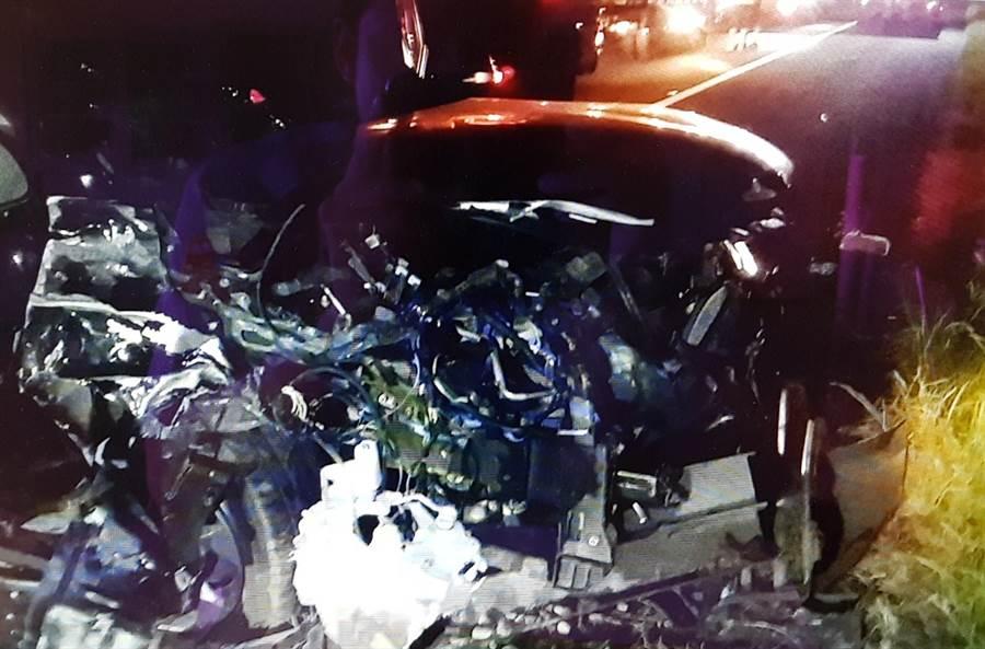 黑色休旅車撞上砂石車脫落的輪軸,車頭嚴重凹陷毀損嚴重。(陳淑娥翻攝)