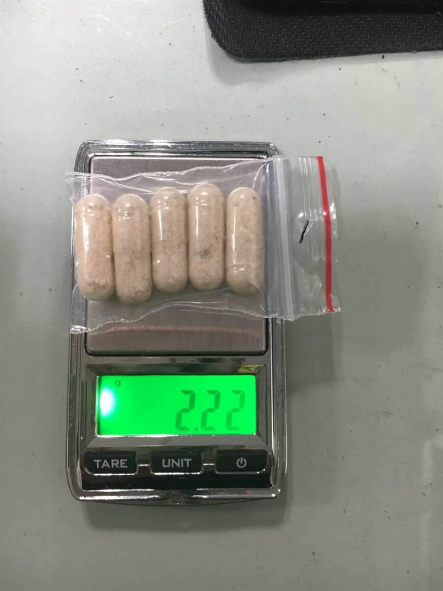 苗栗警方從吳姓男子機車查獲新興毒品膠囊。(陳慶居翻攝)