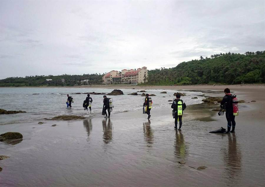 台東縣環保局海底垃圾清除總動員活動,今天上午在富山護漁區展開。(莊哲權翻攝)