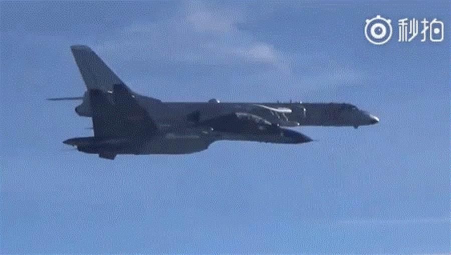中國大陸空軍也在官方微博「空軍發布」公布影片,顯示共軍於本周以轟-6K以及蘇-30海上編隊飛行,穿越巴士海峽以及宮古海峽。(圖/取自中國大陸空軍官方微博「空軍發布」)