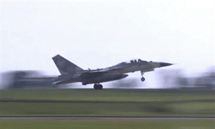 中華民國空軍司令部臉書專頁公布三型主力戰機短場起降訓練影片。圖為幻象戰機短場起飛時影像。(圖/取自空軍司令部臉書專頁)