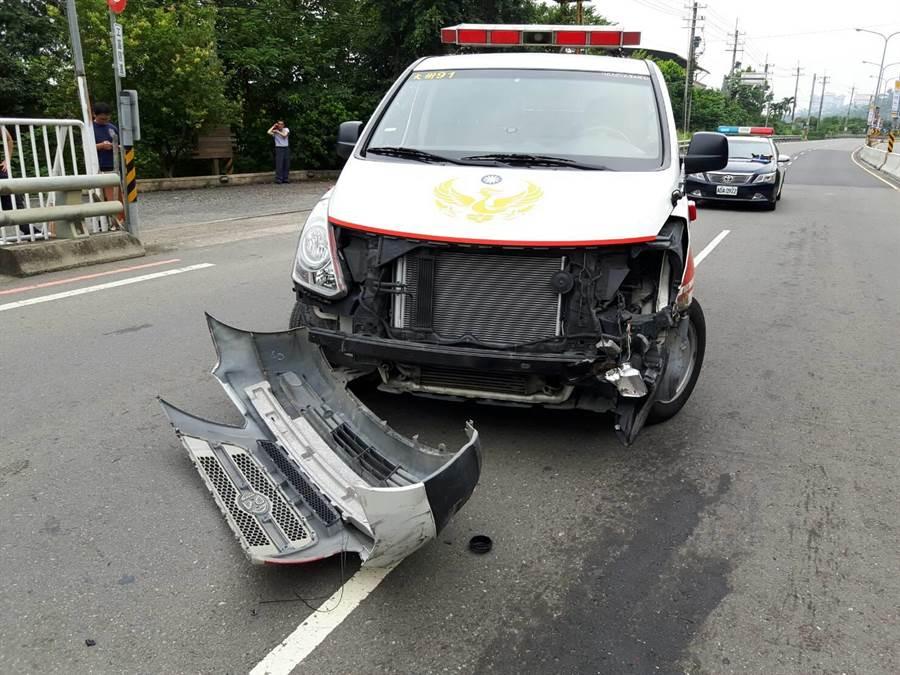 救護車與砂石車擦撞後,前保險桿被撞毀掉落,所幸車內人員均平安。(林雅惠翻攝)