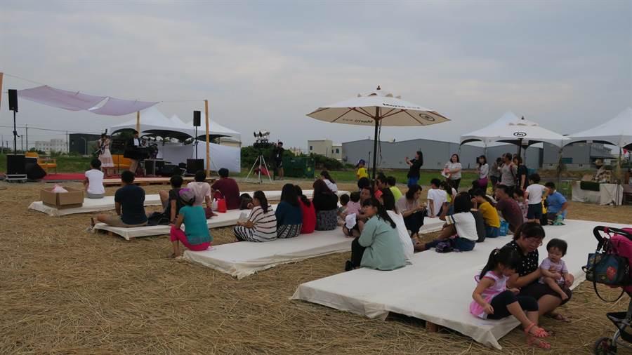 農恬好食派對活動今天起一連兩天,在彰化市郊區磚磘里環河街裡的一塊農地上舉辦,下午野餐音樂會吸引不少民眾到場聆聽。(謝瓊雲攝)