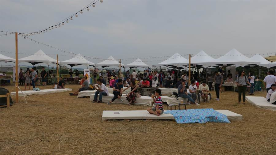 農恬好食派對活動今天起一連兩天,在彰化市磚磘里的一塊農地上舉辦,下午的野餐音樂會吸引不少民眾到場,一邊野餐一邊欣賞。(謝瓊雲攝)