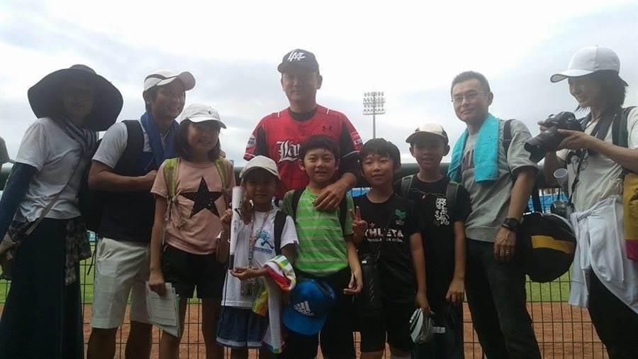 今日僑學校參訪桃園棒球場,桃猿總教練洪一中現身合照。(周鎮宇攝)