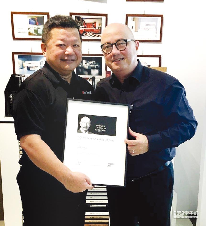 德廚董事長蔡方中(左)接受PoggenPohl董事頒發資深優良代理獎。圖/業者提供