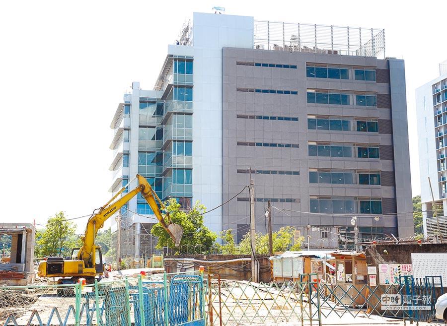 衛福部打算花20億元蓋大樓,卻被立委爆料,私下將南港年底完工的新大樓實驗室通通改成主管辦公室。(王英豪攝)