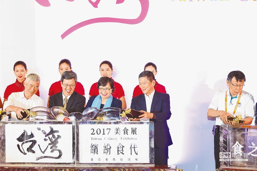 2017台灣美食展21日起一連4天在台北世貿一館熱鬧登場,這也是台北市長柯文哲(右)槓上交通部後首度與交通部長賀陳旦(左)同台,2人從台下到台上,眼神跟互動都零交集。(鄧博仁攝)