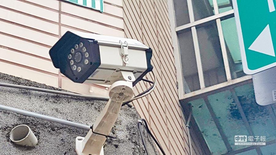 錦平里社區每條巷弄幾乎都有監視器,住家及店家把監視鏡頭全轉向朝外拍,高密度監控有如天羅地網。(張妍溱攝)
