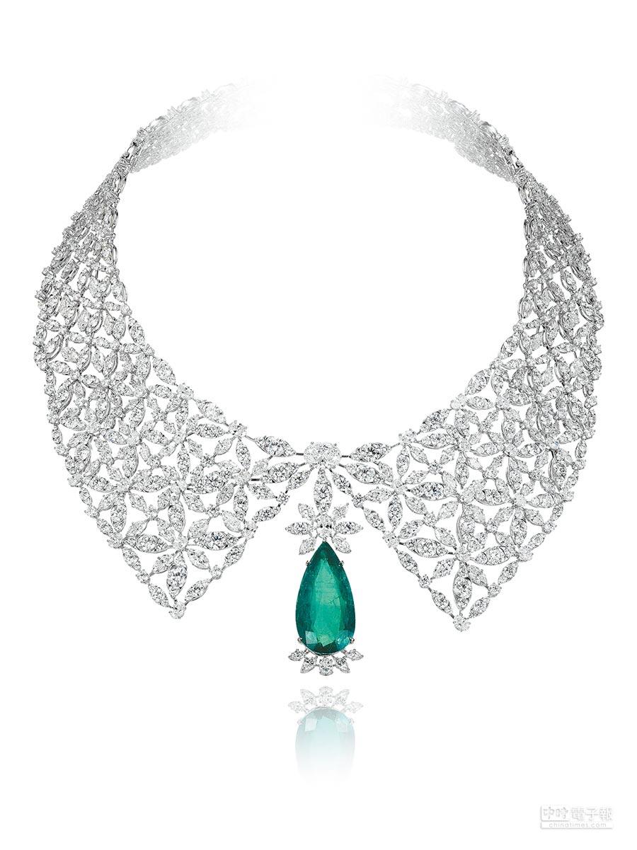 Chopard Silk Road系列高級珠寶擷取許多高訂元素於作品當中,似蕾絲領片般服貼的項鍊,用36克拉之祖母綠主石與總重約130克拉的鑽石打造。(Chopard提供)